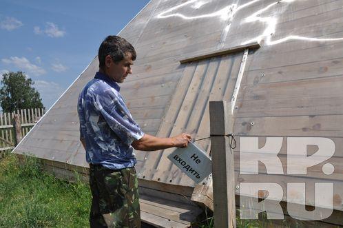 В селе Болтово житель построил в огороде пирамиду из дерева (4 фото)