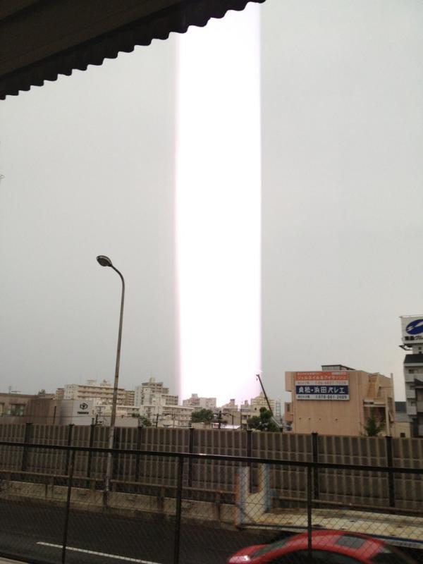 Японцев напугали световые столбы (3 фото)