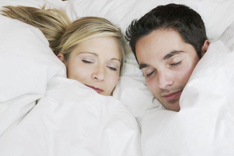 Перед сном муж с женой видео извиняюсь