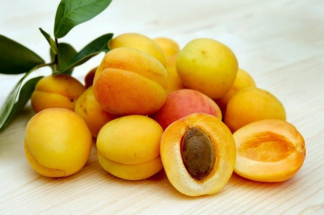 По какой причине косточки абрикосов имеют горький вкус