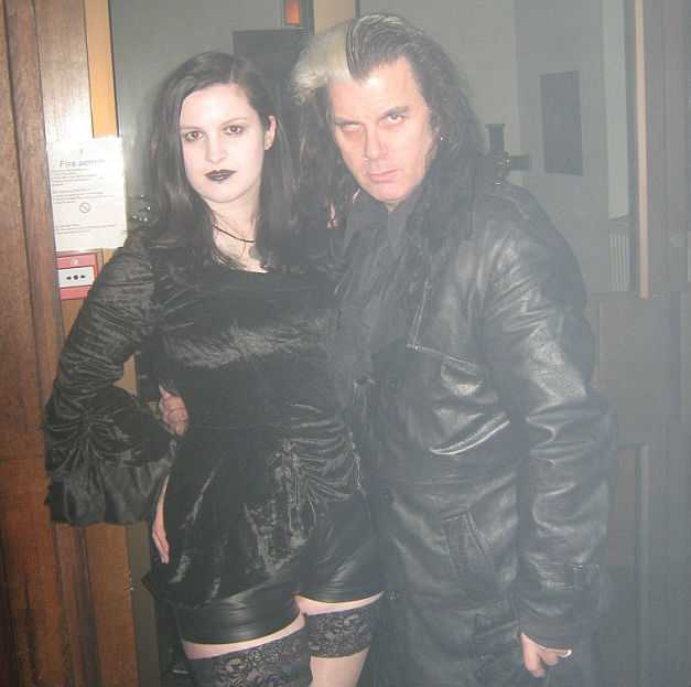 Супруги из Великобритании считают себя настоящими вампирами (4 фото)