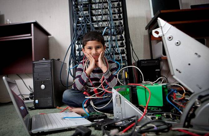 Пятилетний мальчик стал самым юным ИТ-специалистом (6 фото)