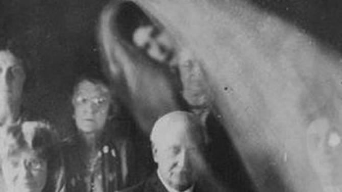 Найдены снимки медиума с привидением (4 фото)