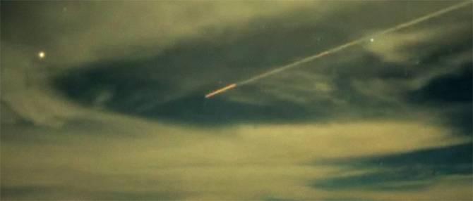 Камера зафиксировала над вулканом Мауна-Кеа вытянутый объект (3 фото)