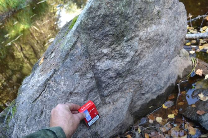 У реки Рагуша нашли валуны с необычными отверстиями (8 фото)