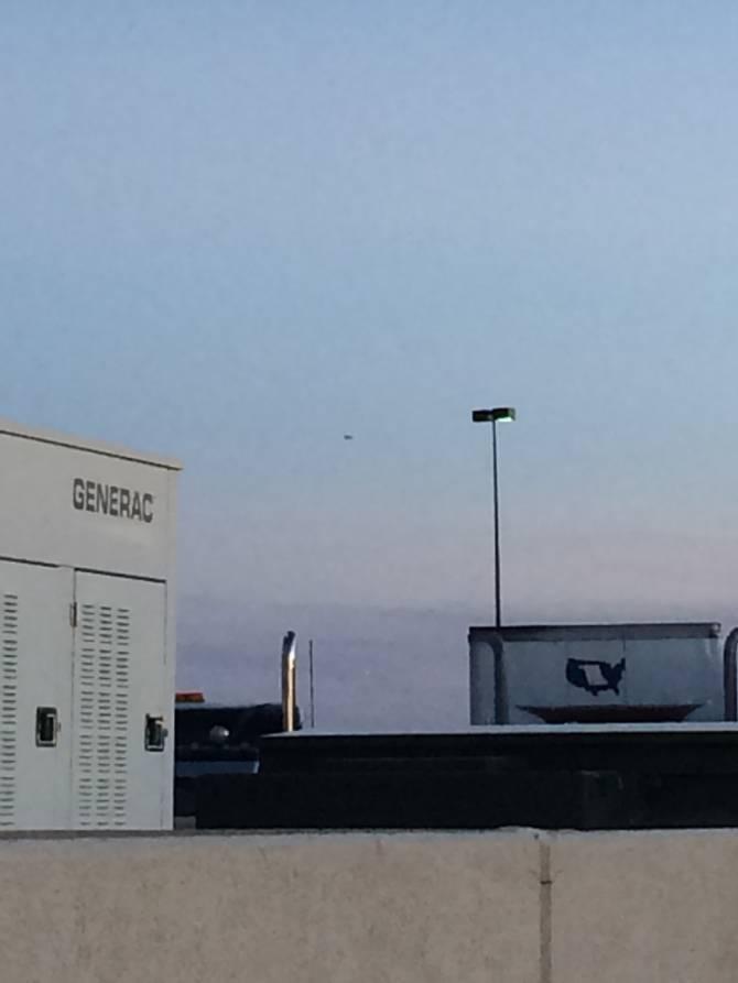 Житель США заснял над Нью-Мексико большой черный НЛО (2 фото)