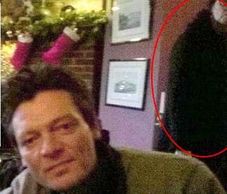 Призрак женщины в черном пальто появился на фото в английском пабе