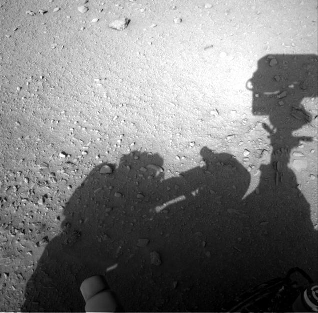 Рядом с марсианским роботом «Curiosity» увидели тень человека