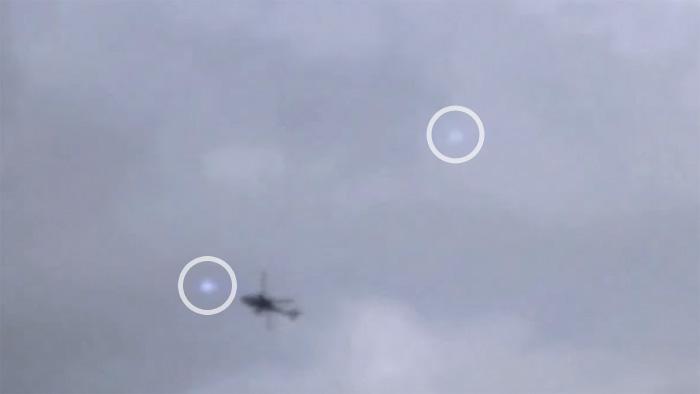 Британец снял на видео вертолет, окруженный белыми вспышками