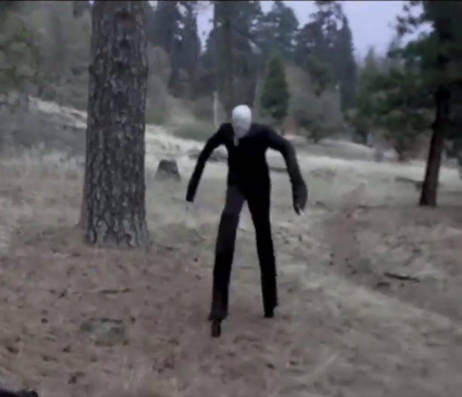 На жителей британского городка нападает призрак похожий на Тонкого Человека