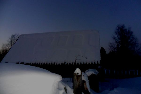 На крыше дома в Кировской области отпечатались странные следы (2 фото)