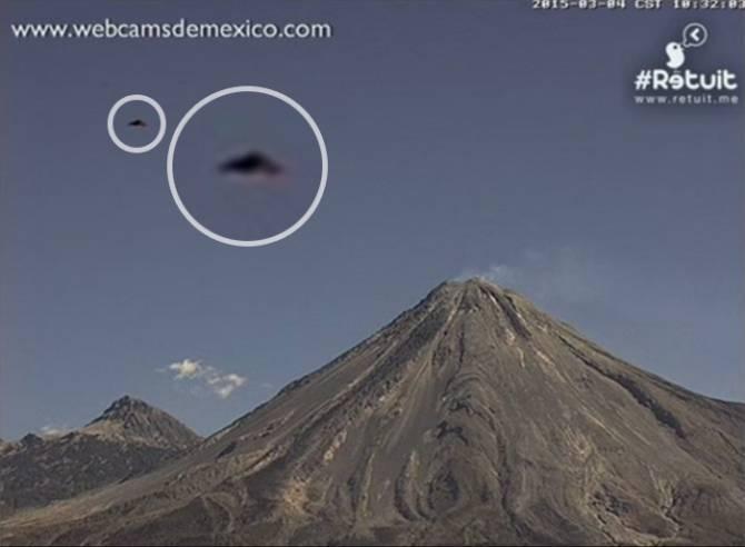 Треугольный объект пролетел над вулканом Колима (2 фото + видео)
