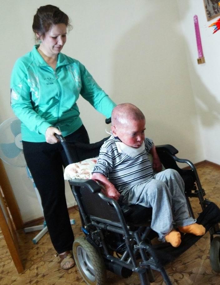 20-летний парень «застрял» в теле 8-летнего ребенка  (5 фото)