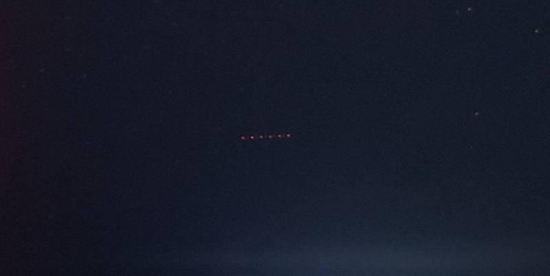 Житель Омска заснял длинный НЛО с красными огнями (4 фото)