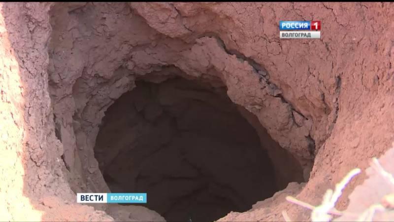 Загадочную воронку изучают в поле под Волгоградом (3 фото)