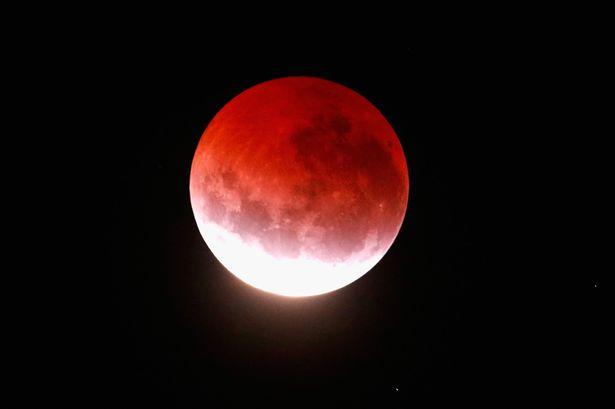 """NASA успокоила людей, ожидающих Конец Света из-за """"Кровавой"""" Луны"""