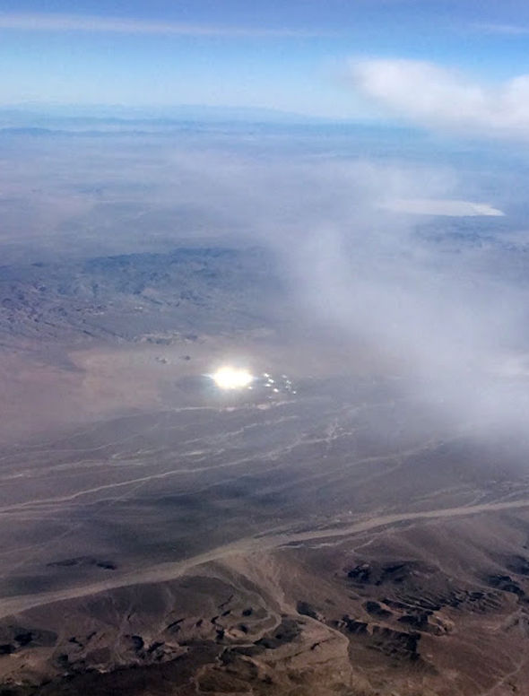 В районе Зоны 51 с самолета засняли странный диск и огни над ним (3 фото)