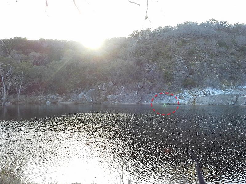 Туристы засняли странное зеленоватое существо на озере (4 фото)