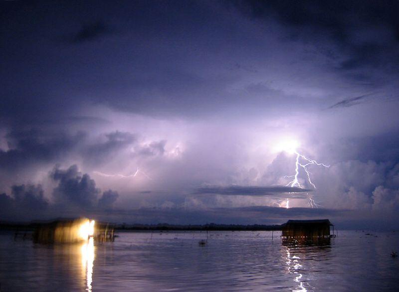 Учёные назвали место, куда молнии бьют 297 дней в году (2 фото)