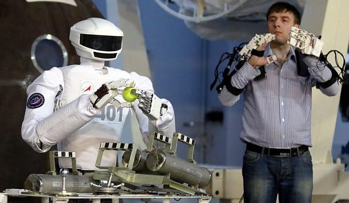 Российский ученый предложил осваивать Луну с помощью роботов-аватаров