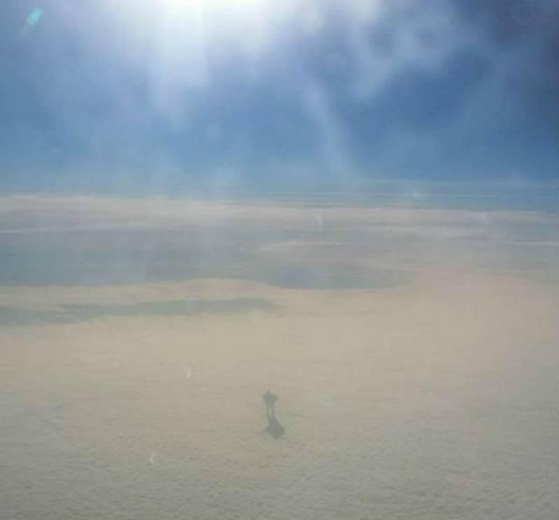 Огромный инопланетянин в облаках (2 фото)