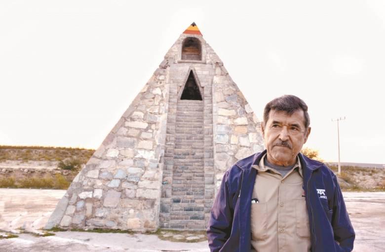 Мексиканец построил пирамиду в стиле ацтеков по инструкциям пришельцев