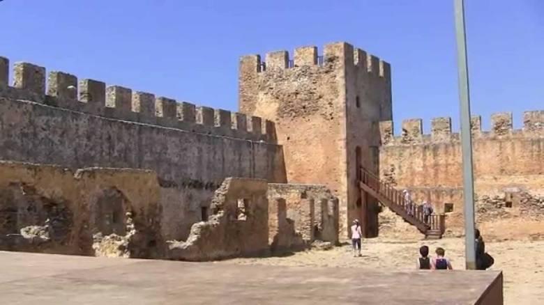 Призрачные воины старинного замка Франгокастелло на острове Крит (4 фото)