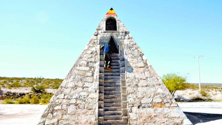 Мексиканец построил пирамиду в стиле ацтеков по инструкциям пришельцев (5 фото)