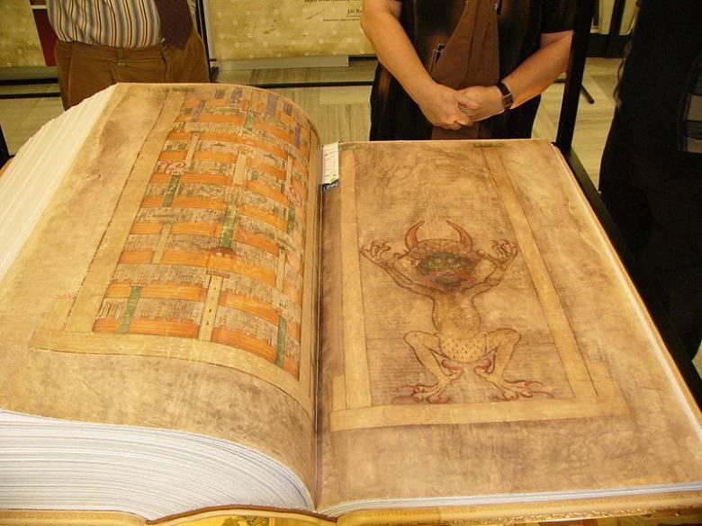"""""""Библия Дьявола"""" и пророчества Святого Альберта (3 фото)"""