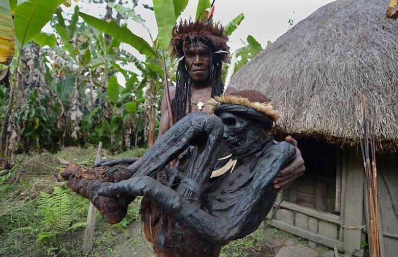 Копченые мумии и женщины с отрезанными пальцами