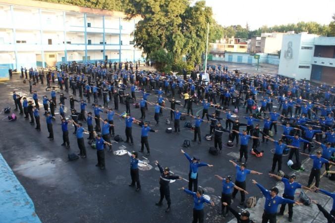 Мексиканские школьные полицейские массово занялись медитацией (2 фото)