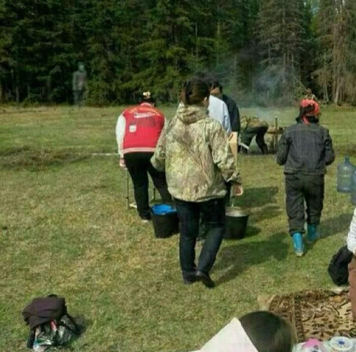 В Якутии засняли призрака, наблюдающего за собирающими ягоды людьми