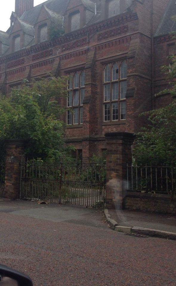 На снимке приюта в Ливерпуле разглядели бегущего призрака (2 фото)