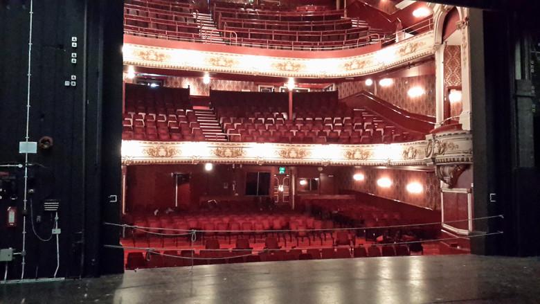 В британском театре сфотографировали двух призраков в зрительном зале