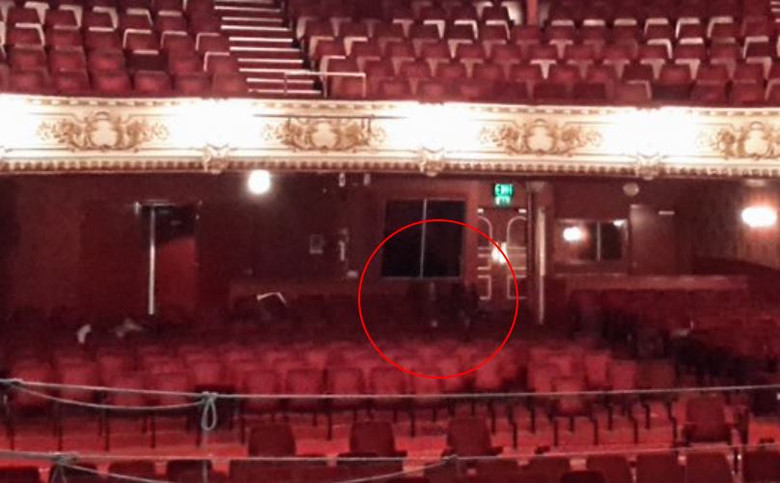 В британском театре сфотографировали двух призраков в зрительном зале (2 фото)