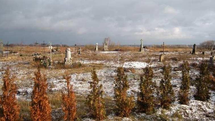 По кладбищу Луцка бродит белый призрак, пугая посетителей