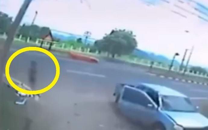 На камеру попала душа погибшего мотоциклиста? (2 фото + видео)