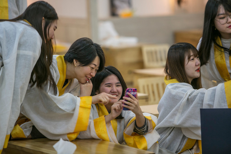 Жители Южной Кореи готовятся к смерти, устраивая фейковые похороны (5 фото)