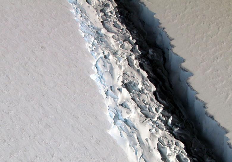 НАСА обнаружило стокилометровую трещину вАнтарктиде