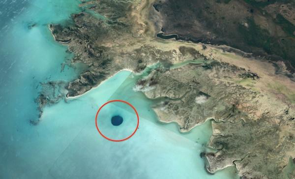 Уфолог обнаружил огромную дыру в дне океана и уверен, что это вход в базу пришельцев (4 фото)
