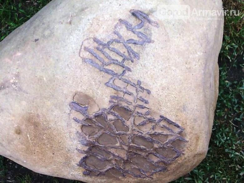 Необычный камень из реки (4 фото)