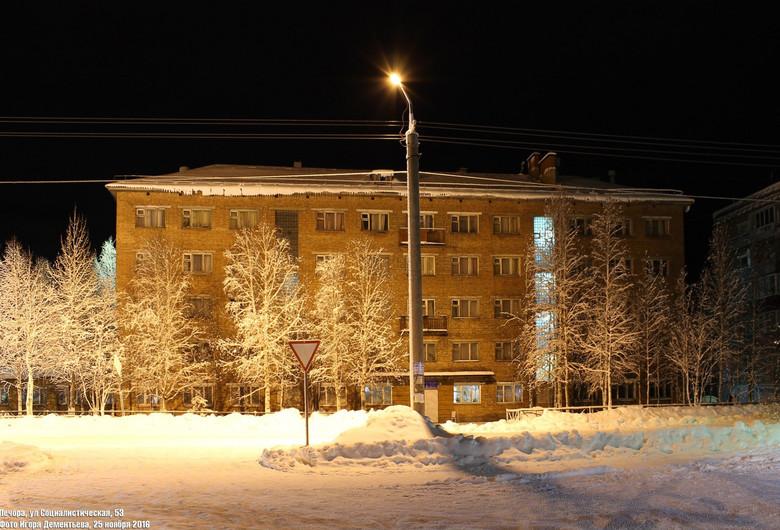 Призрак в окне печорского общежития (2 фото)