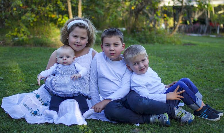 На семейном фото разглядели полупрозрачное лицо погибшего младенца  (2 фото)