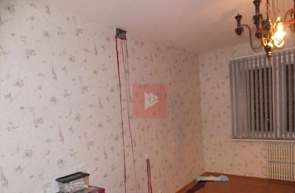 У жительницы Воронежа из стены потекла похожая на кровь жидкость (4 фото)