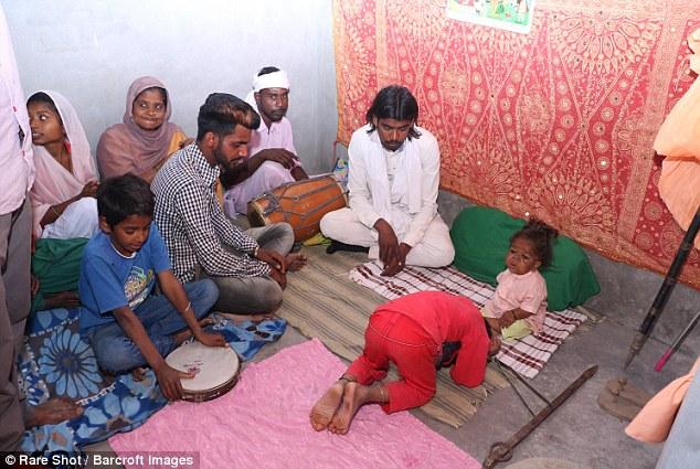 """Загадка 21-летнего индийца, """"заключенного"""" в теле 6-месячного младенца (8 фото)"""