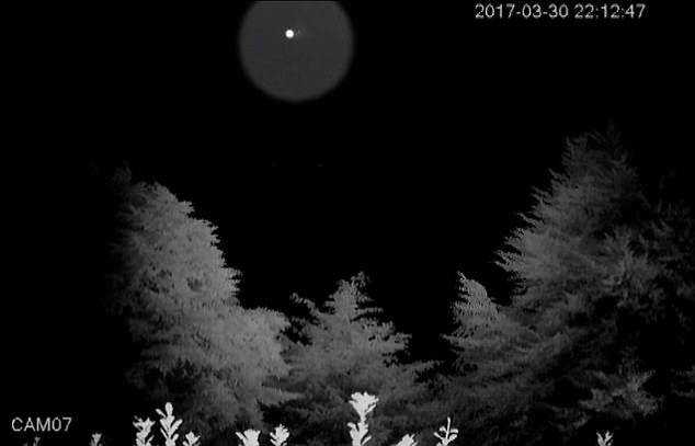 Супруги из Окленда рассказали, что вокруг их дома часто летают странные объекты, которые они сняли на фото (2 фото)