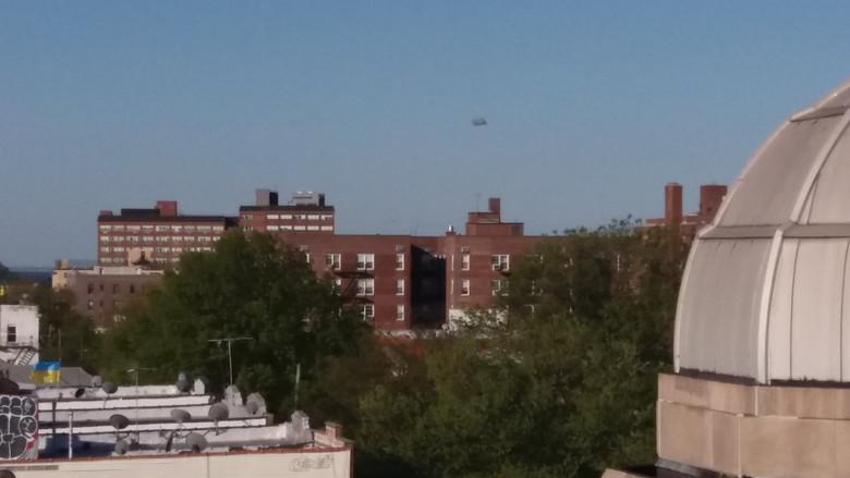 Прямоугольный объект над Бруклином (2 фото)