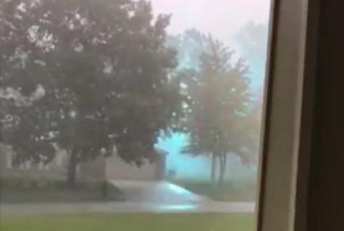 Житель штата Огайо снял на видео огромную голубую шаровую молнию