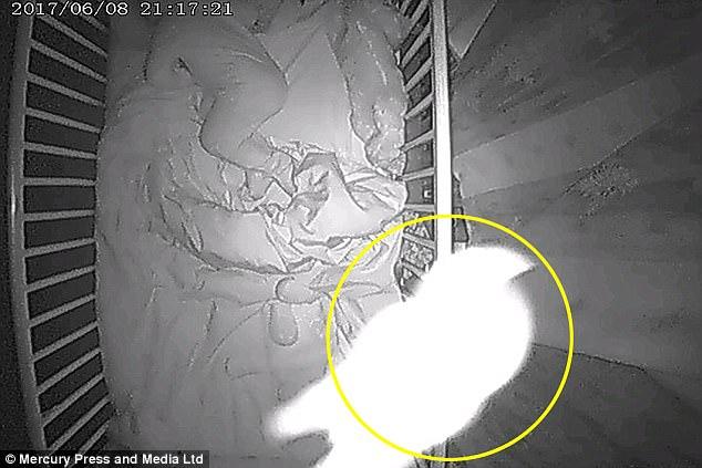 На видео попал ребенк-призрак, спящий в одной кровати с реальным ребенком
