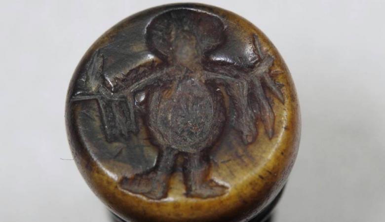 В Старой Руссе нашли печати 14 века с изображением ангела (или пришельца) и странным зверем (4 фото)